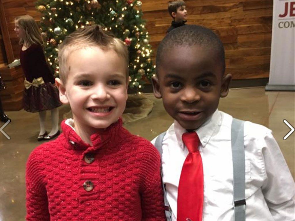 Ce petit garçon change de coupe pour ressembler à son ami