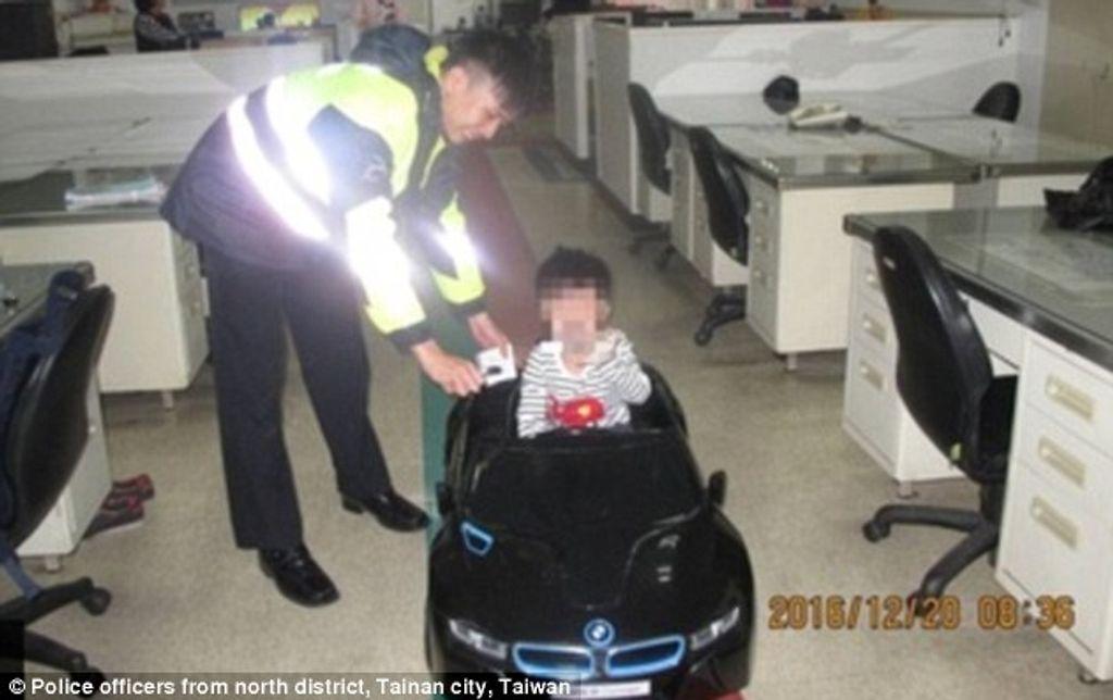 Fou ! Un garçon de 4 ans a conduit seul une voiture-jouet sur 3 km pour acheter des frites