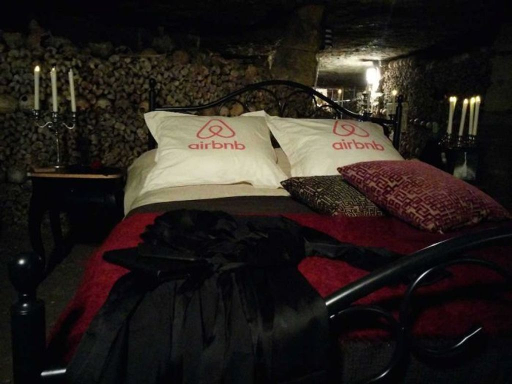 Quand AirBnB invite ses clients aux catacombes de Paris