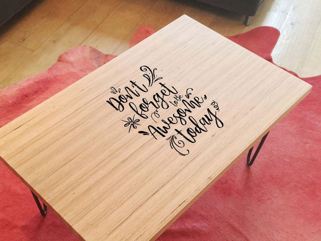 Table basse avec inscription personnalisée