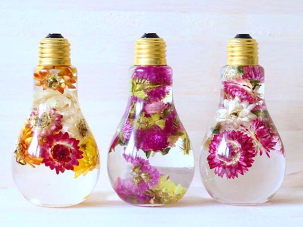 Une fleuriste japonaise recycle des ampoules pour conserver des fleurs ! Magnifique !