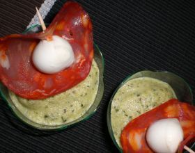 Petits bavarois à  la courgette, brochette de chorizo et mozzarella