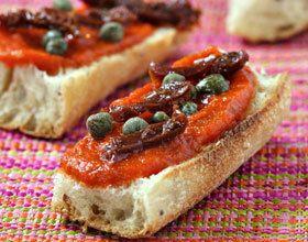 Tartines aux poivrons, câpres et tomates séchées