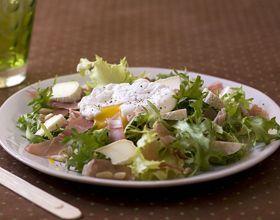 Salade frisée au fromage et oeufs pochés