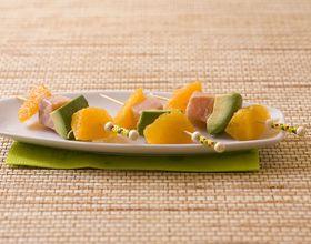 Mini brochettes saumon mariné, avocat et orange