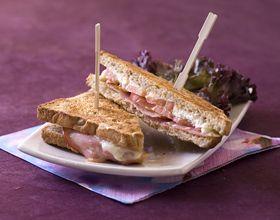 Club sandwich au fromage de chèvre et au bacon