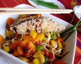 Saumon teriyaki au sésame avec ses nouilles chinoises aux légumes