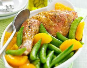 Cuisses de poulet fermier marinées à l'orange et pois gourmands