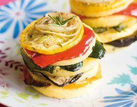 Gâteaux de polenta et légumes rôtis