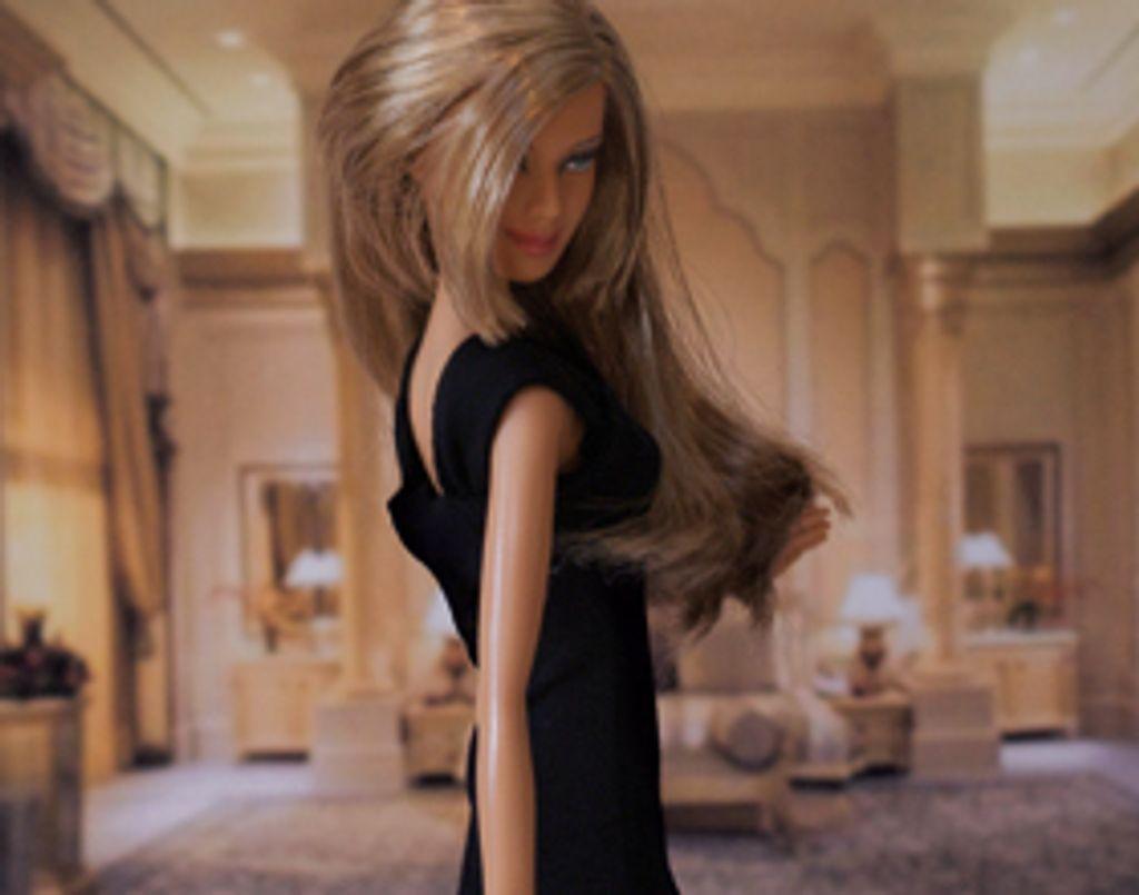 Barbie monte les marches de Cannes en petite robe noire !