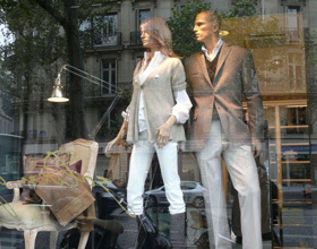 la mode s'affiche dans les vitrines