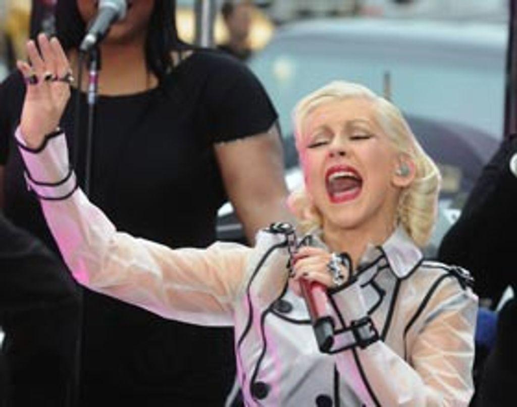 Christina Aguilera chante sous la pluie